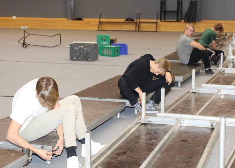 Scenen bliver bygget i teaterugen på Svenstrup Efterskole