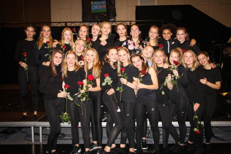 """Danseholdet med roser efter forældrepremieren på """"Et sted man kalder hjem"""""""
