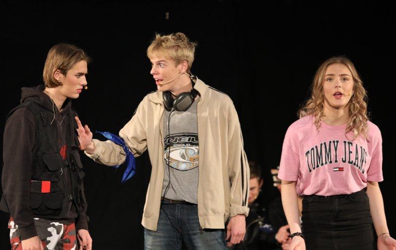 Skuespillerne på scenen til forestilling på Svenstrup Efterskole