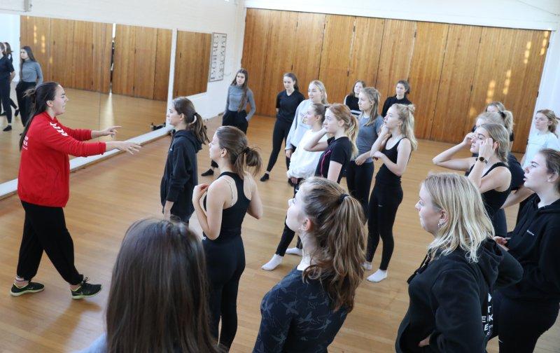 Eleverne øver dans til teaterugen på Svenstrup Efterskole
